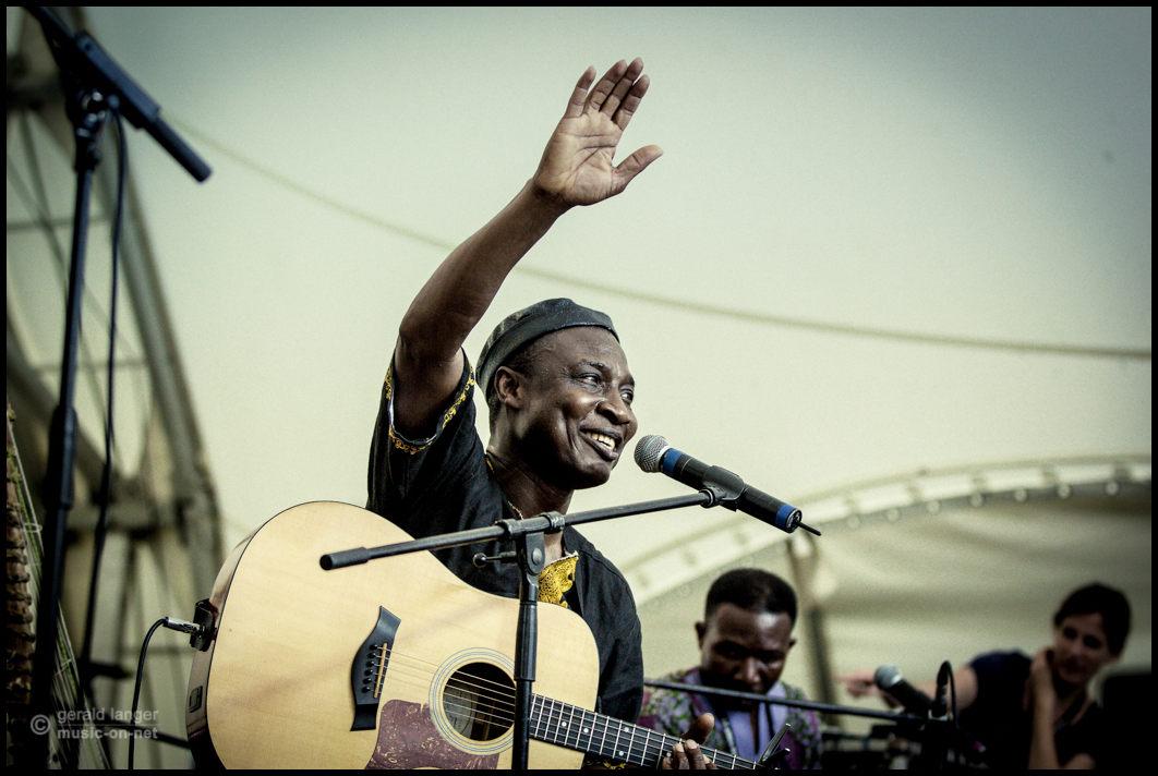 Adjiri Odametey beim 27. Africa Festival in Würzburg am 7. Juni 2015