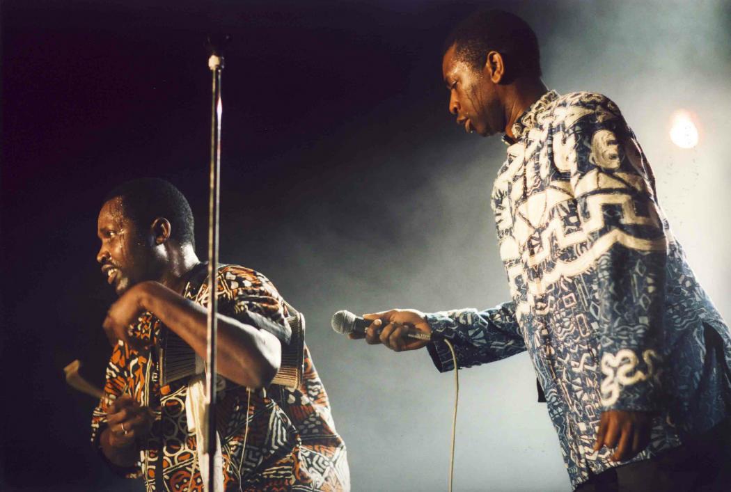 Assane-Thiam-mit-Youssou-N-Dour_Africa-Festival-1994-1998-c-Bugs-Steffen